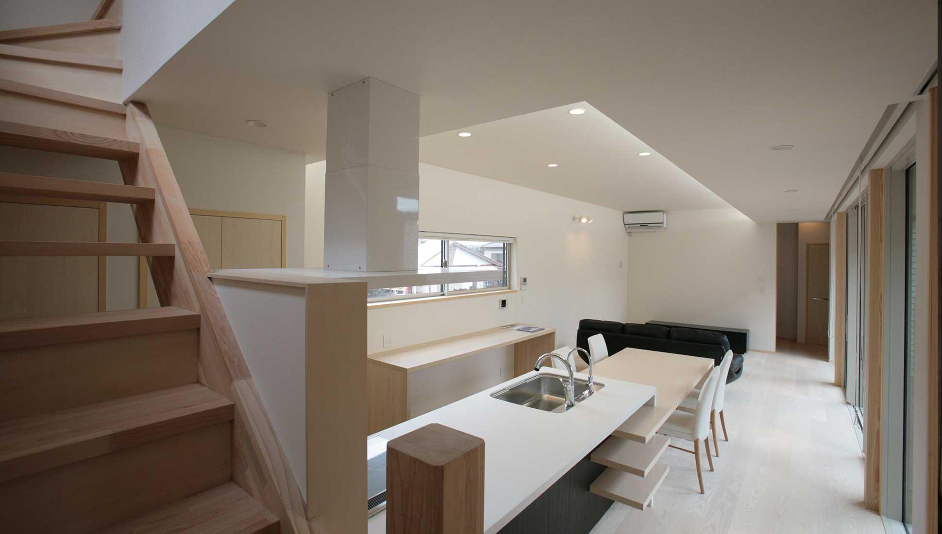 オーダーキッチンのある連続するLDK:30坪の家を35坪にする中庭のある家_木更津
