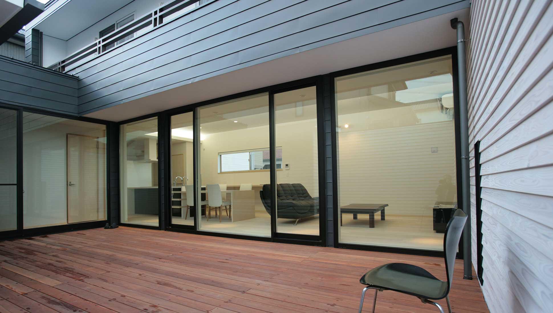 中庭からLDKをみる:30坪の家を35坪にする中庭のある家_木更津