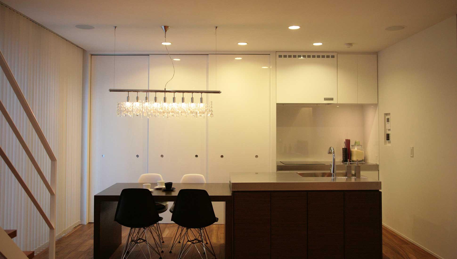 アイランド型オーダーキッチン:通り土間を、おしゃれにデザイン
