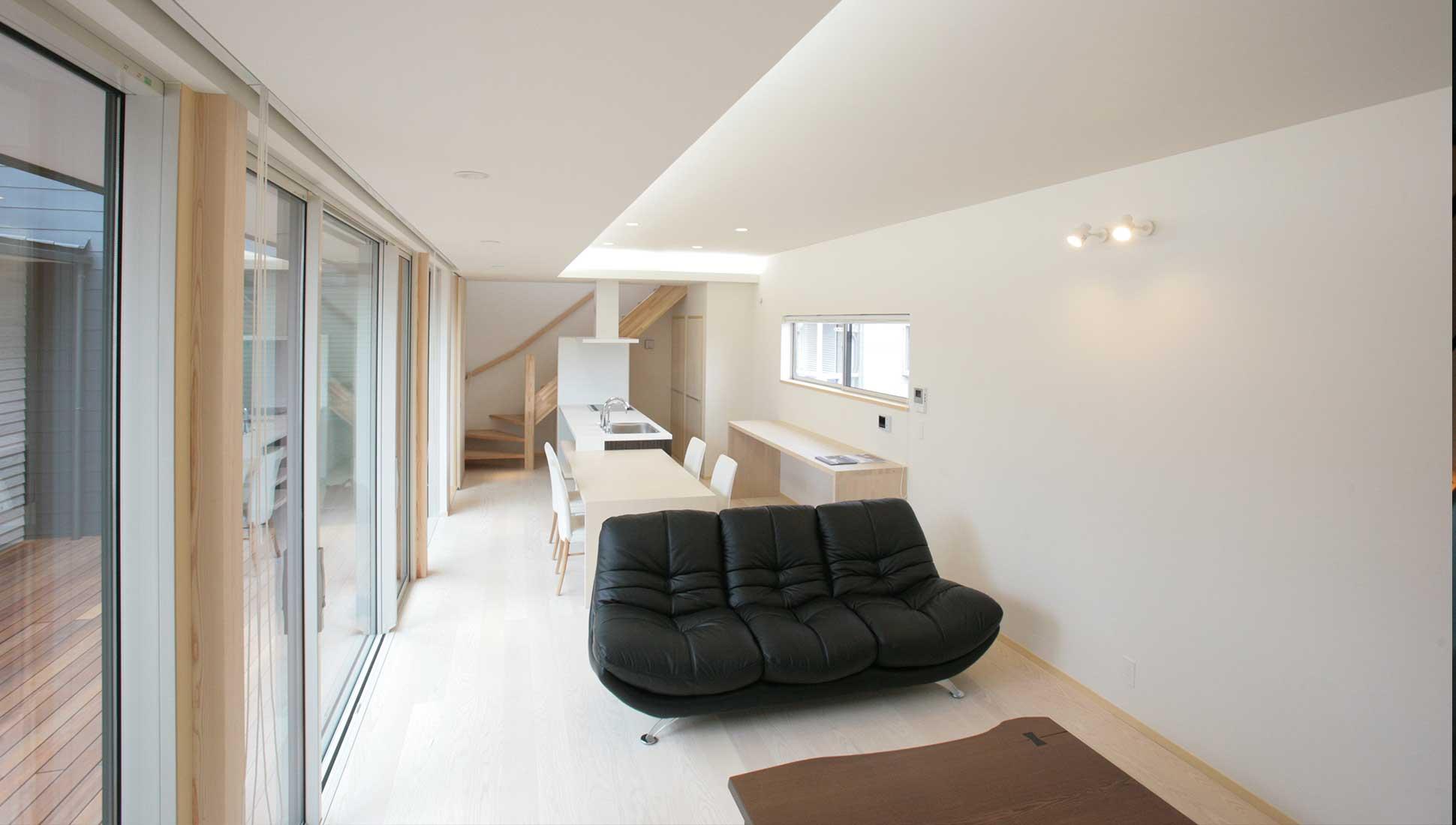 中庭に面したリビングとオーダーキッチン:30坪の家を35坪にする中庭のある家_木更津