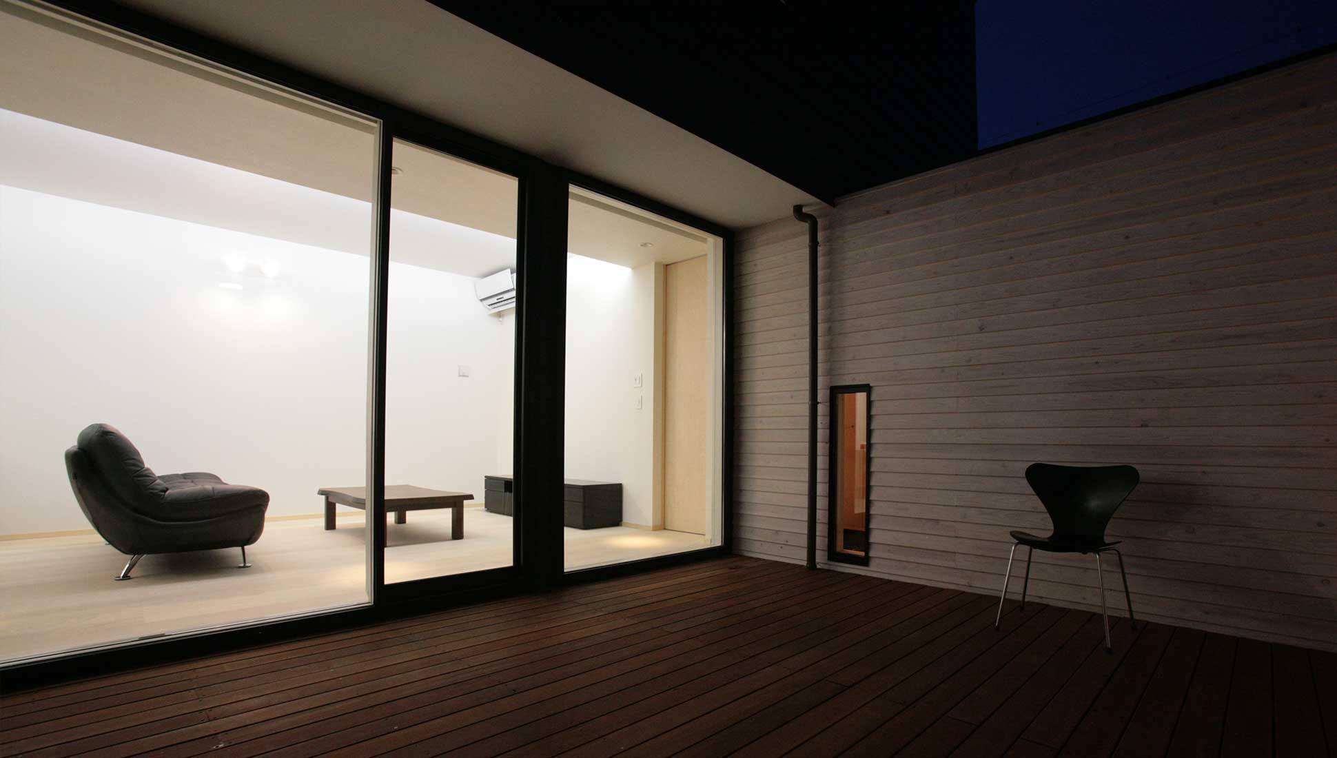 夜景の中庭:30坪の家を35坪にする中庭のある家_木更津