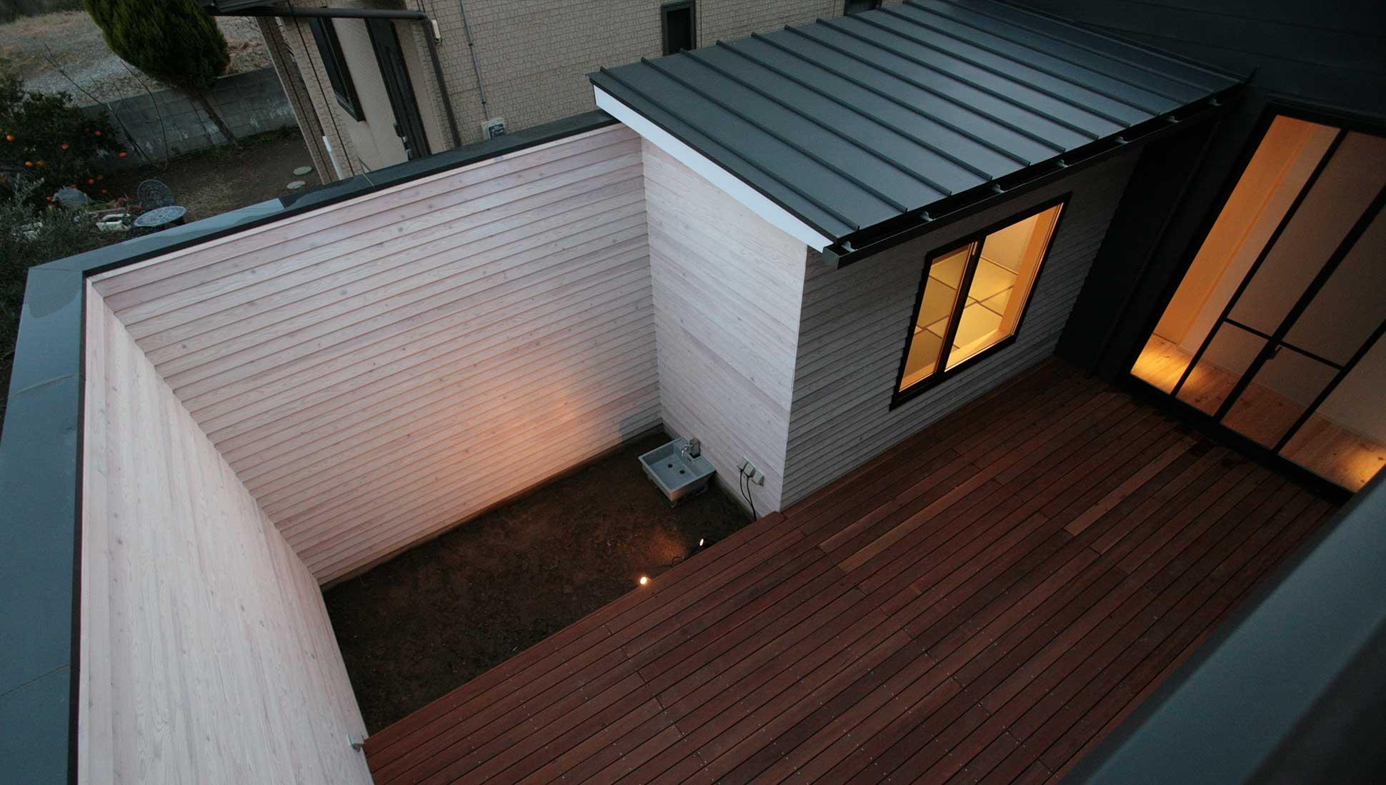 まるで町屋のように自分の家の屋根を見る:30坪の家を35坪にする中庭のある家_木更津