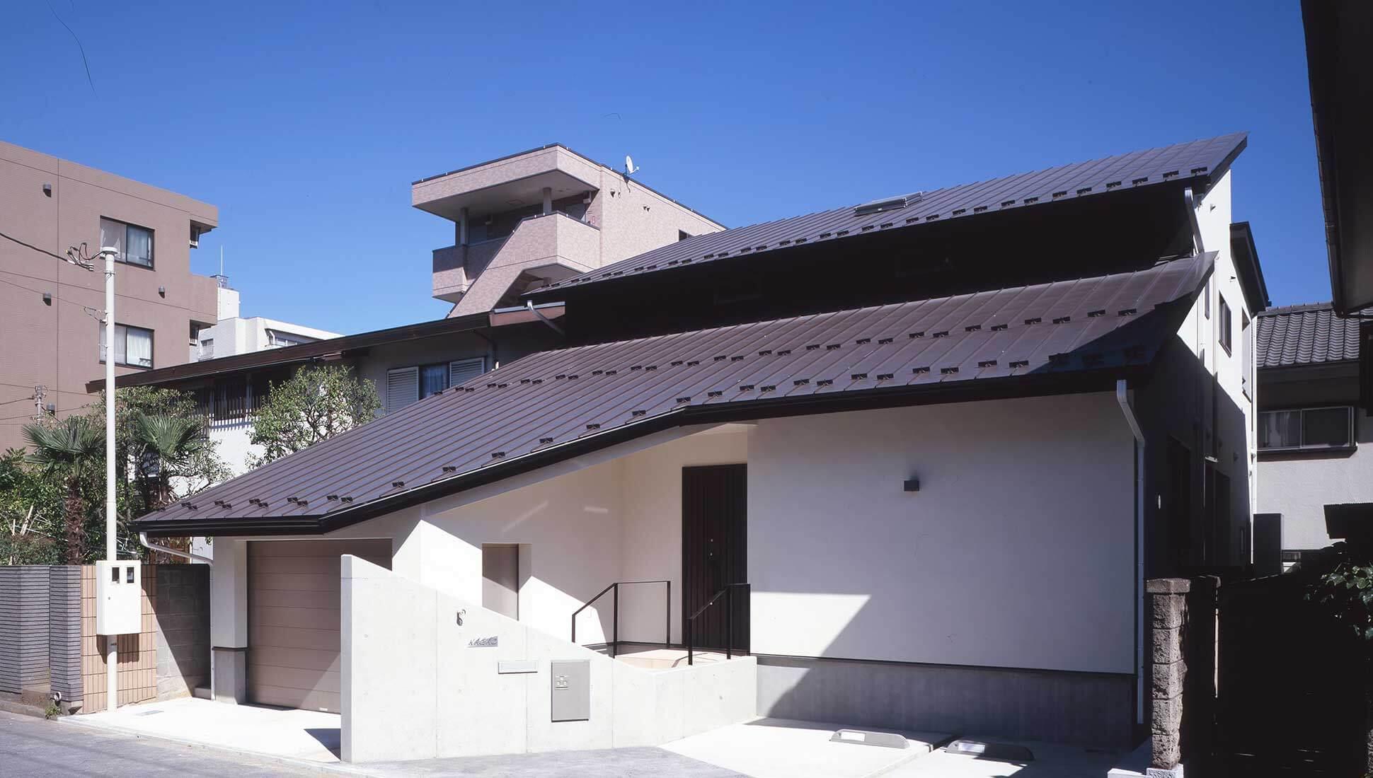 高さを抑えた外観:コの字型中庭のある二世帯住宅 千葉市