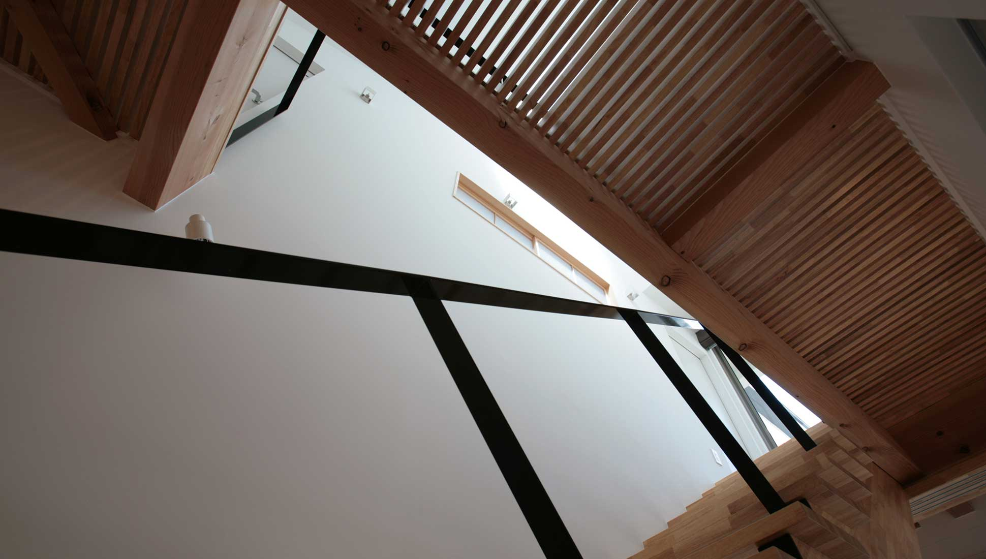 2階ホールと階段:中庭のある二世帯住宅 千葉市