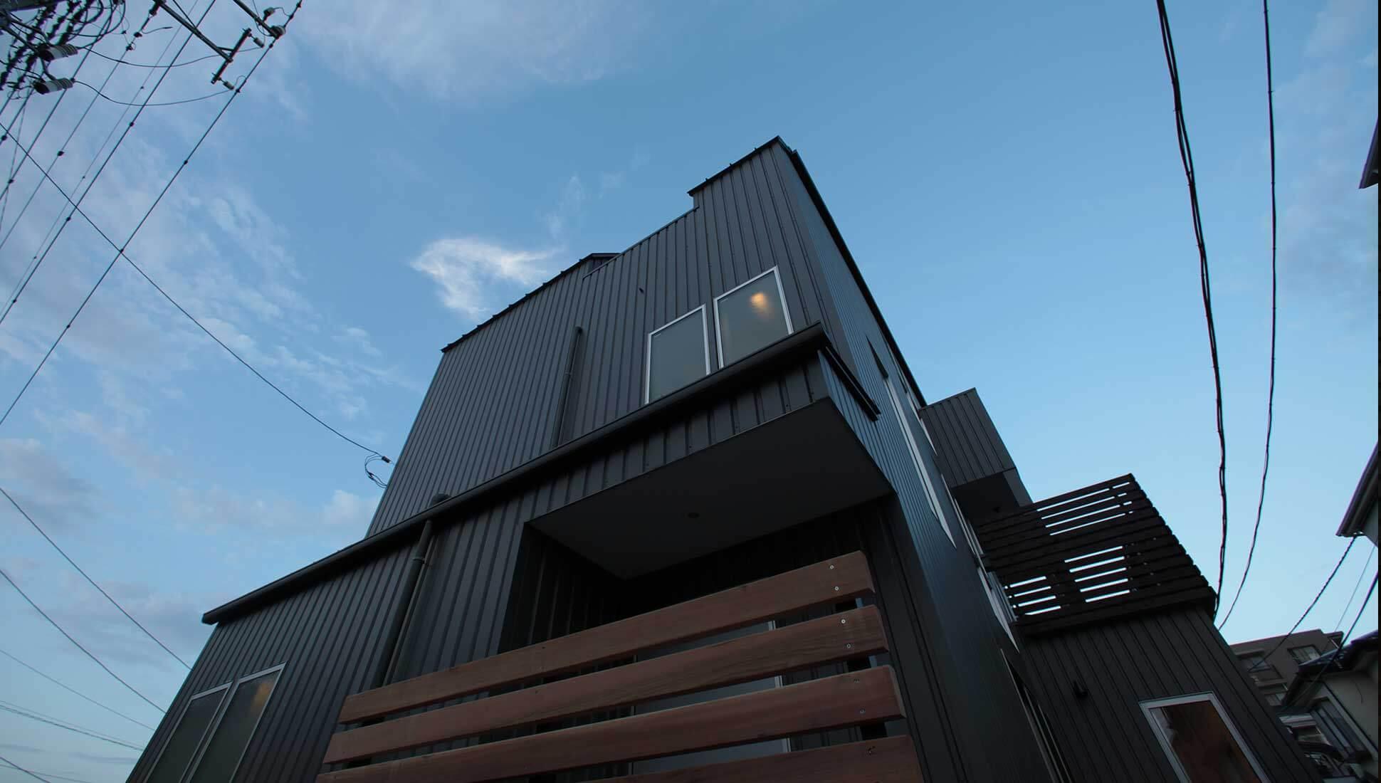ガルバニウム鋼板の外観:Jパネルと南側階段のデザイン住宅