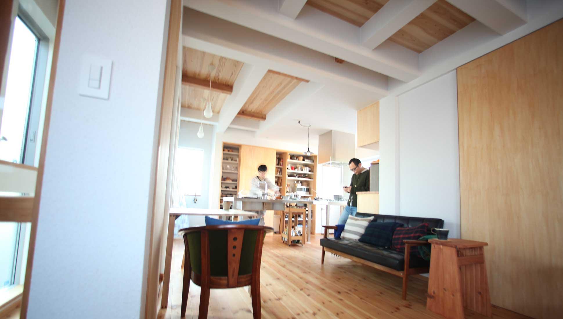 ステンレスオーダーキッチンを使いこなす生活:Jパネルと南側階段のデザイン住宅