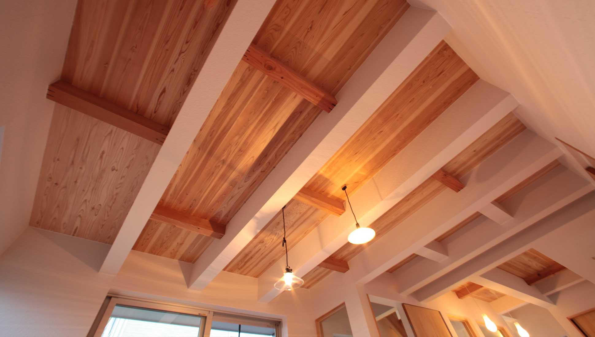 Jパネルの木目のきれいな天井のデザイン:Jパネルと南側階段のデザイン住宅