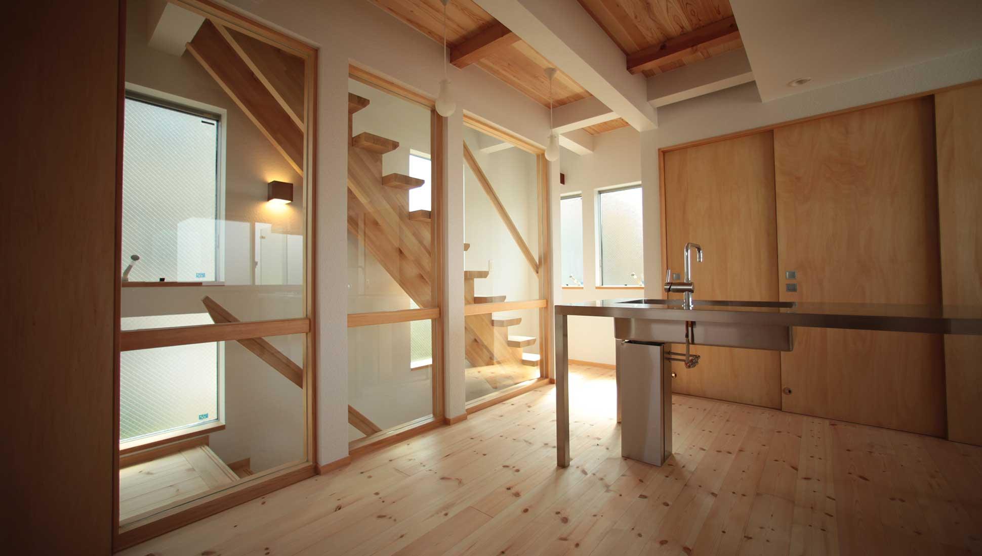 冷暖房のガラス間仕切り:Jパネルと南側階段のデザイン住宅