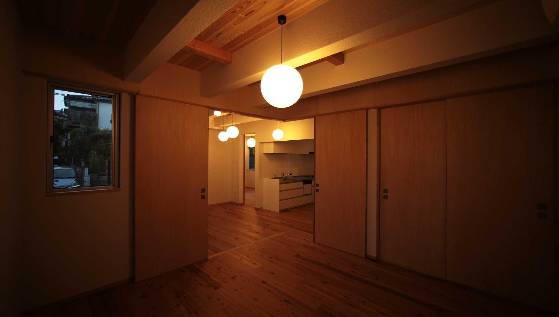 照明のリズム感のあるデザイン:Jパネルと南側階段のデザイン住宅