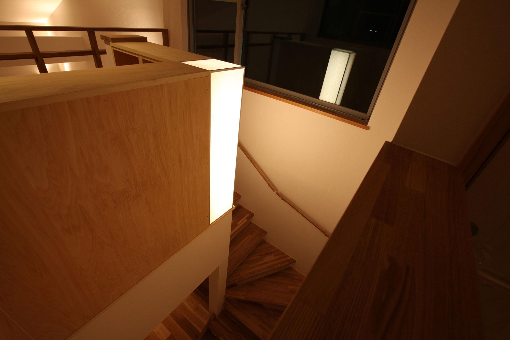 行灯型のオーダー照明 階段室:袖ヶ浦の注文住宅
