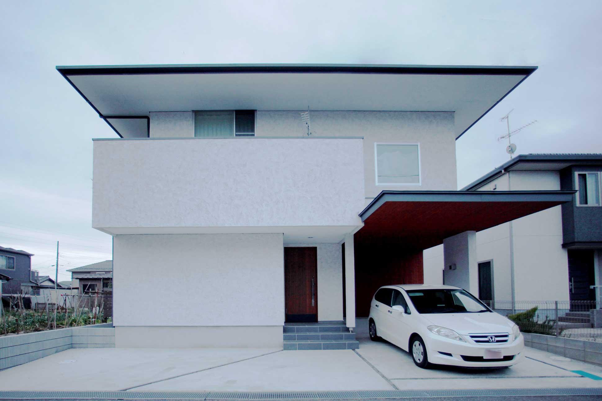 そとん壁の外観と高断熱の木製玄関ドア:袖ヶ浦の注文住宅