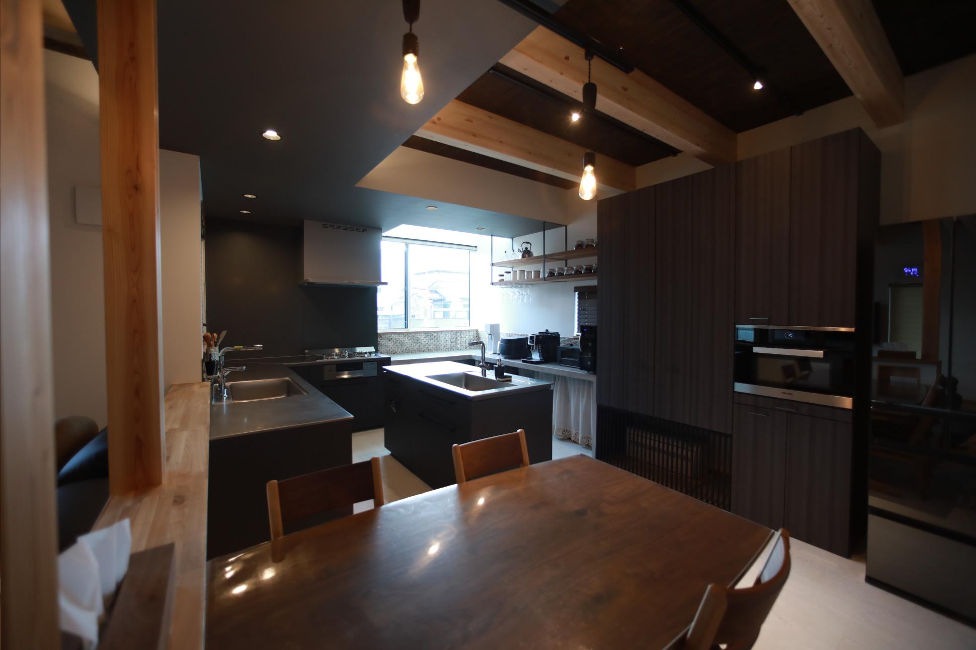 手の届く範囲と、複数で料理を楽しむ:君津市戸建て新築