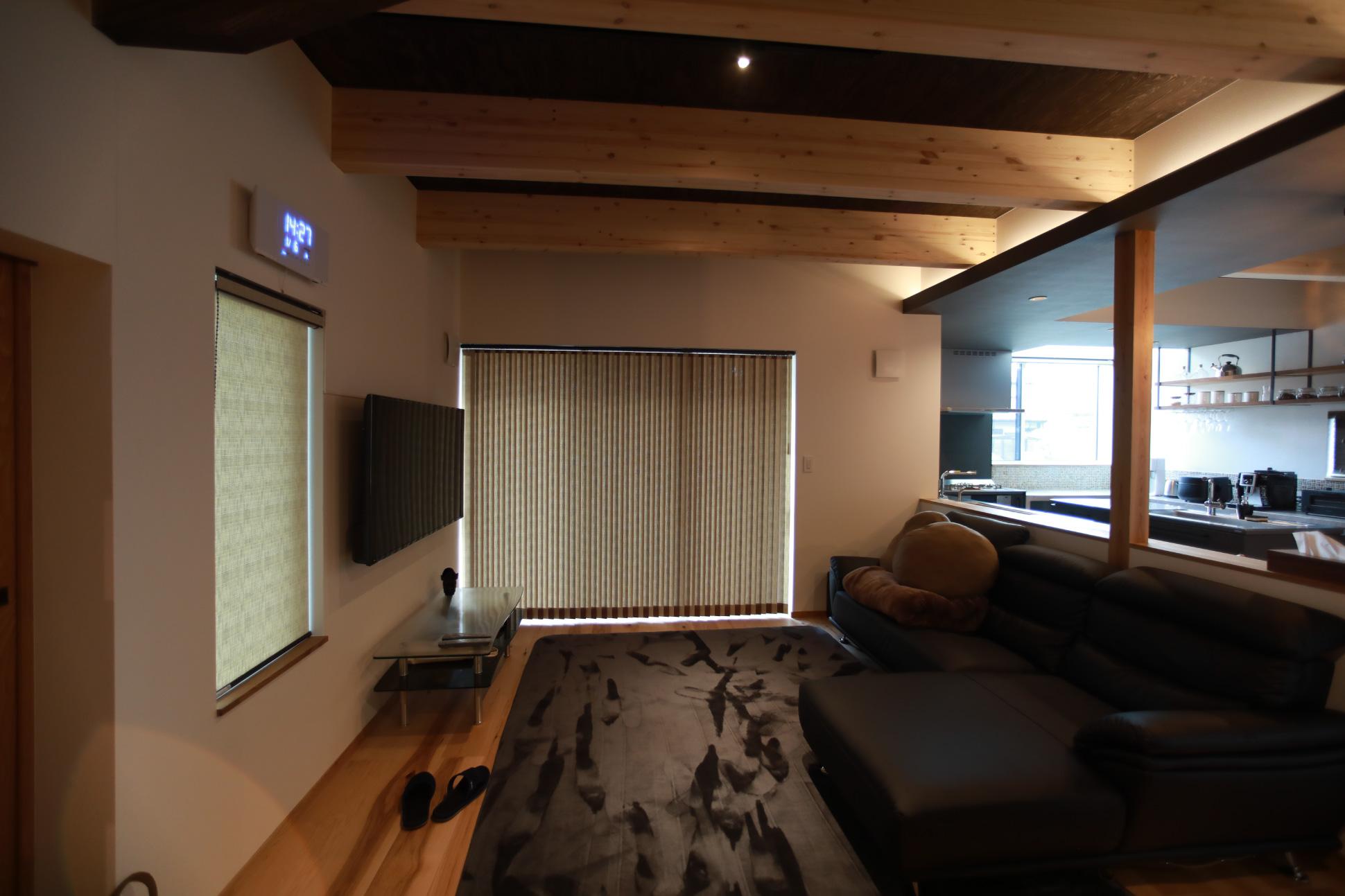 高い天井でも空間を落ち着かせるデザインの黒天井:君津 戸建て新築