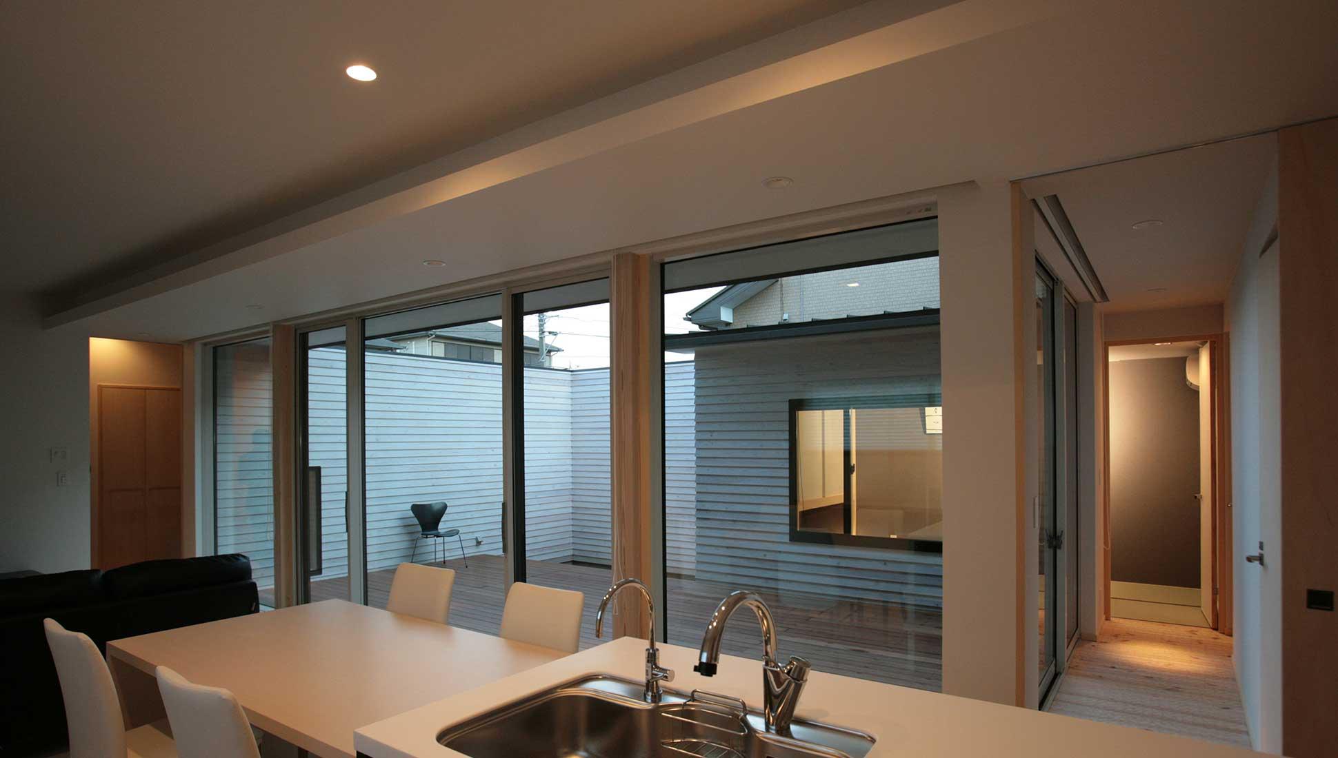 キッチンから中庭を見る:30坪の家を35坪にする中庭のある家_木更津