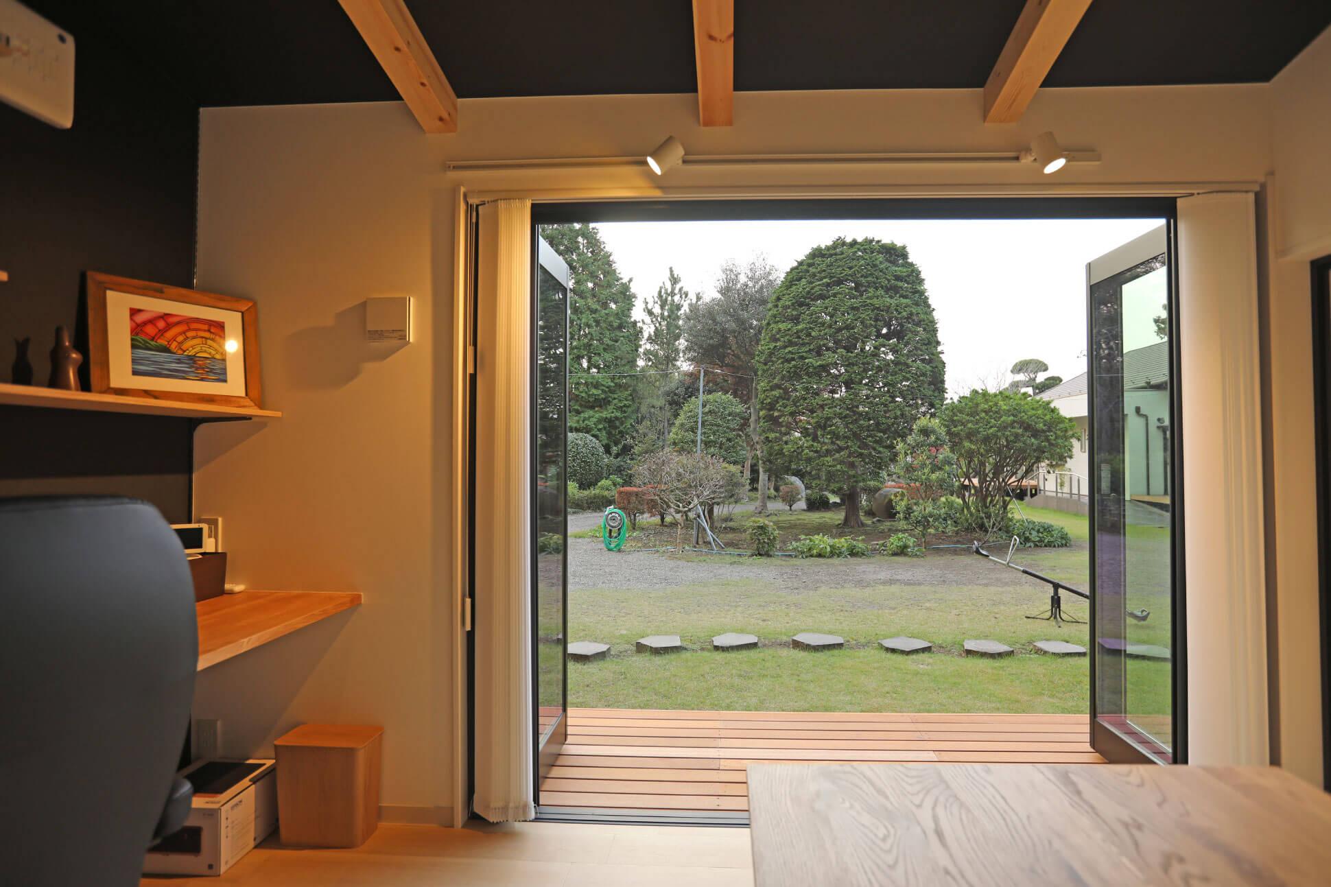 庭への全面開口の小屋 房総イズム