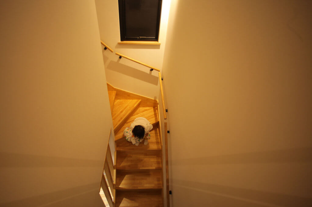 階段が大好きなお嬢様 きっと私達の事は忘れてしまいますよね、笑