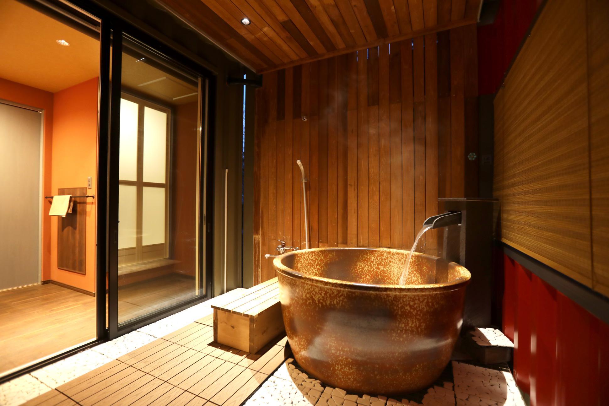 赤で作る、非日常な露天風呂