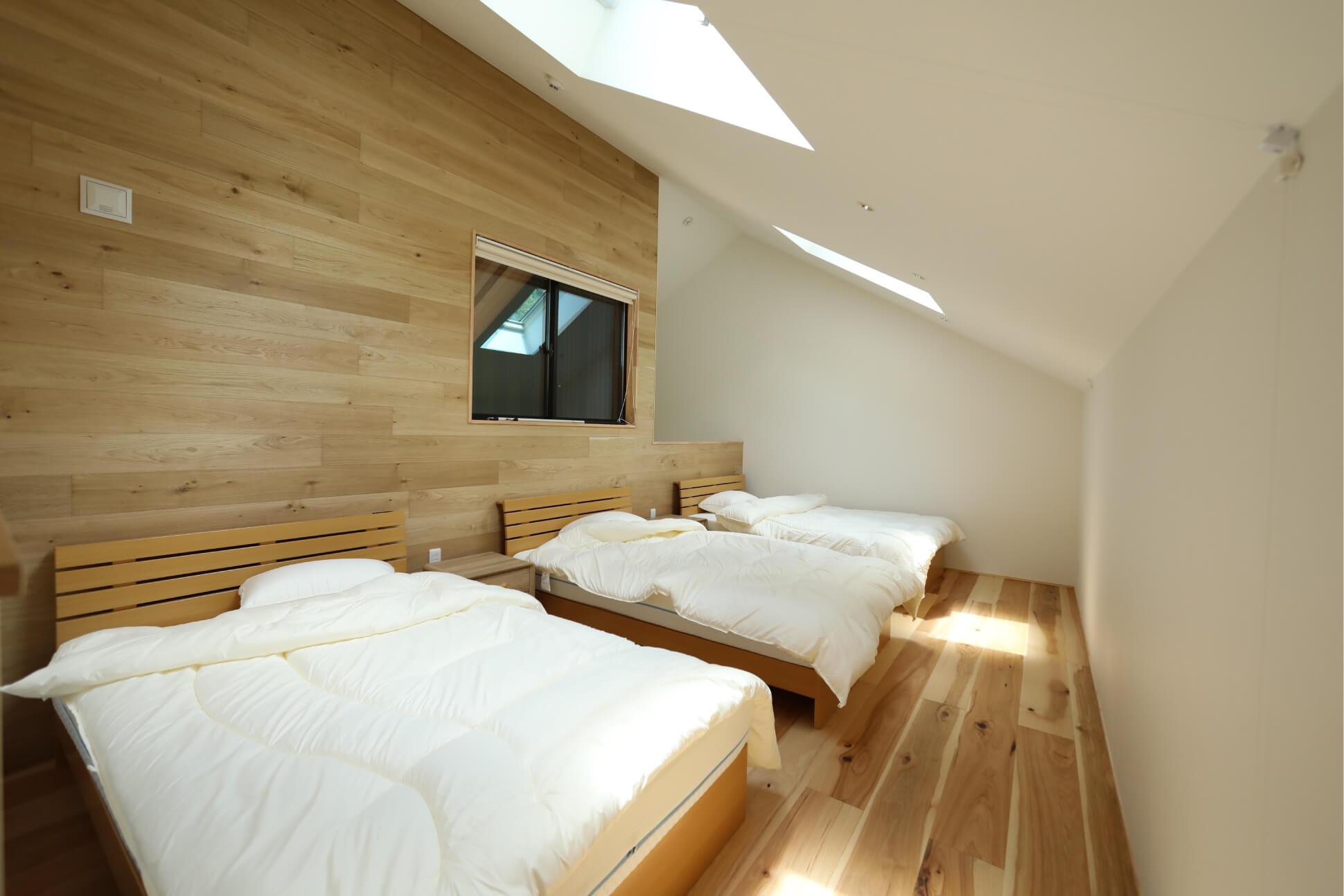 小屋裏のような寝室